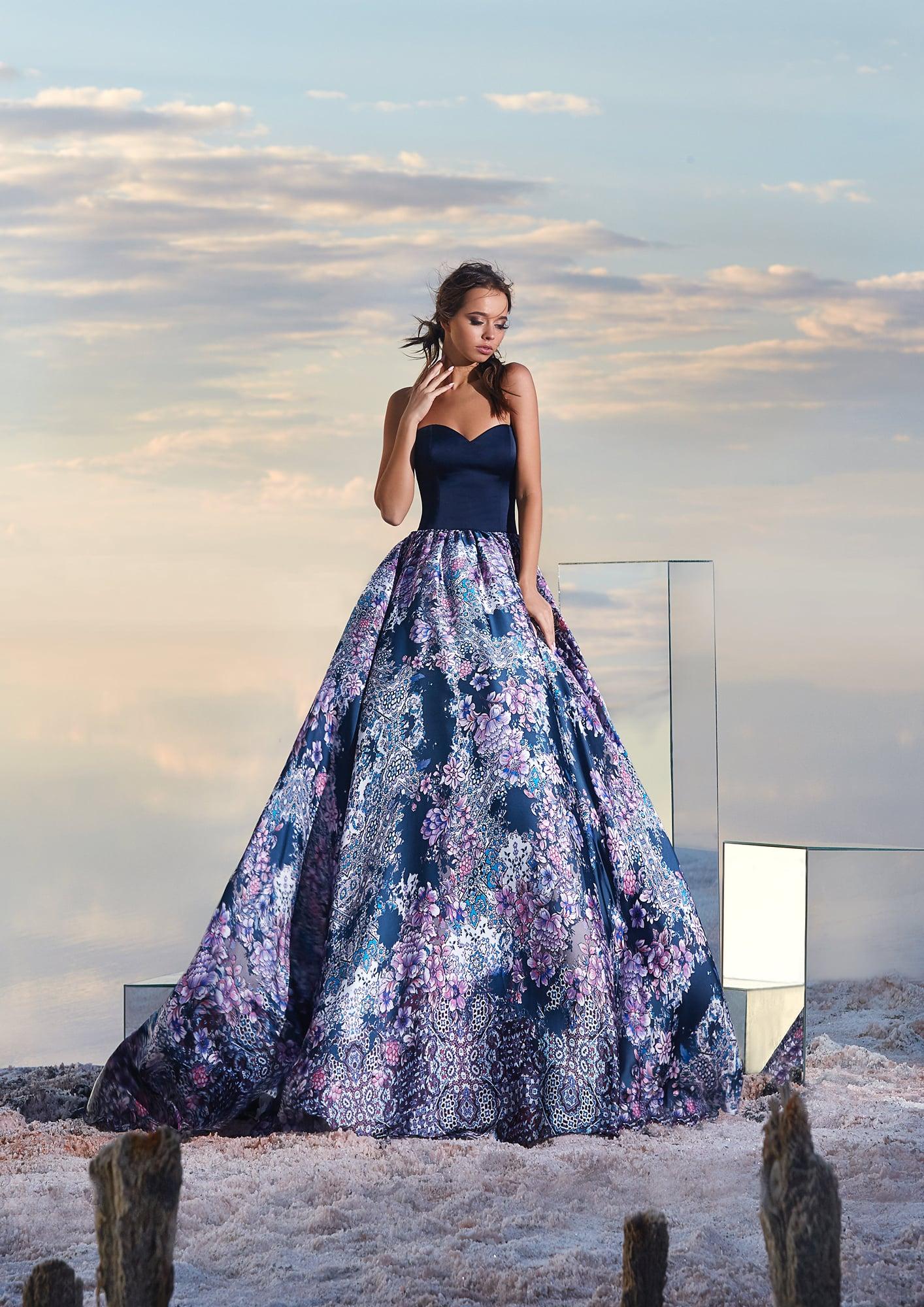 a297aa2c27db9b3 Открытое вечернее платье с пышной атласной юбкой с цветочным принтом.