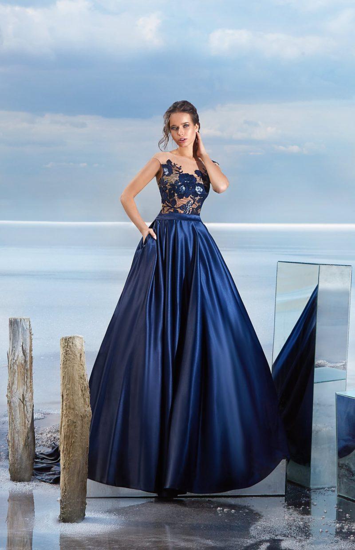 Глянцевое вечернее платье синего цвета с бежевым верхом с аппликациями.