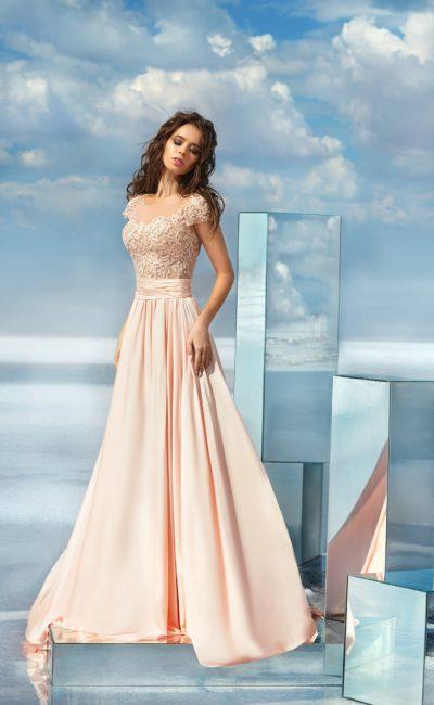 Персиковое вечернее платье с юбкой А-силуэта и фактурным верхом.