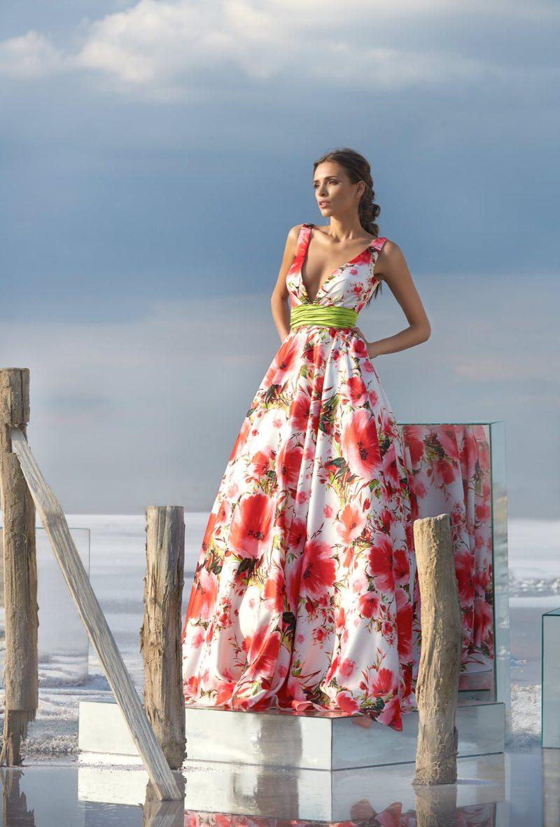 Цветное вечернее платье с широким поясом и V-образным декольте.