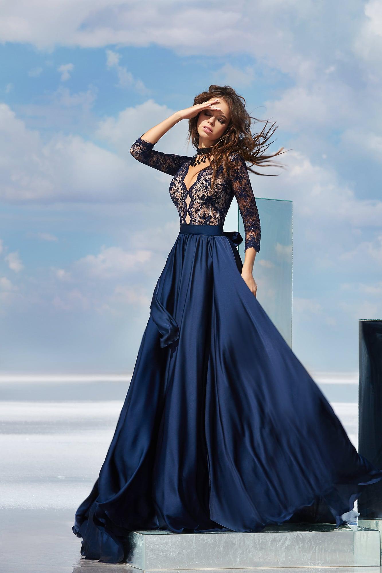 9747ae91b1fa50e Синее вечернее платье с глубоким фигурным декольте и длинным рукавом.