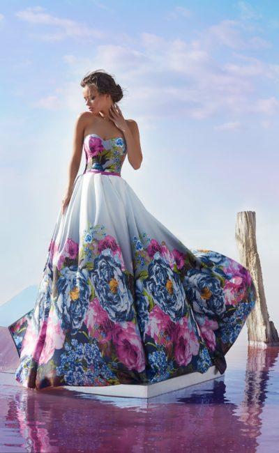 Открытое вечернее платье из плотной глянцевой ткани с рисунком.