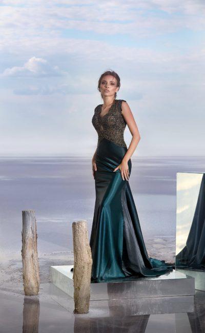Глянцевое вечернее платье с облегающей юбкой и вырезом на кружевной спинке.