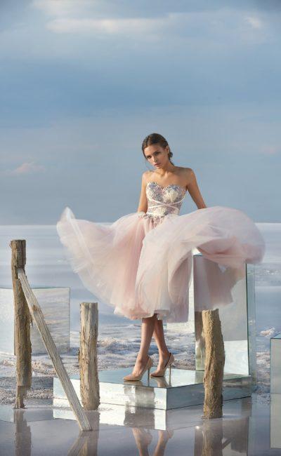 Пышное вечернее платье с юбкой длиной до колена и женственным корсетом.