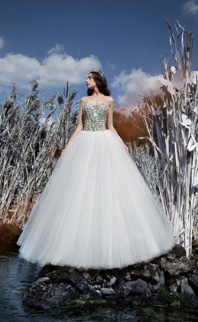 Незабываемое свадебное платье с пышной юбкой и корсетом, расшитым стразами.