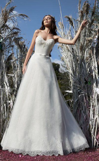Изысканное свадебное платье силуэта «принцесса» с бисерной отделкой лифа в форме сердца.