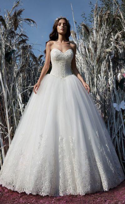 Очаровательное свадебное платье с многослойной пышной юбкой и фактурным корсетом.