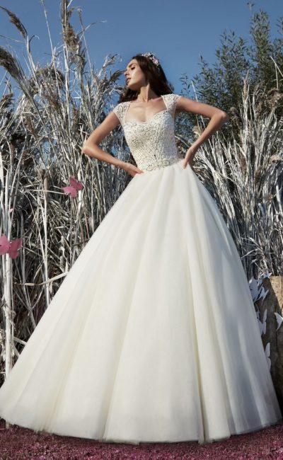 Романтичное свадебное платье пышного кроя с широкими бретелями и бисерным декором корсета.