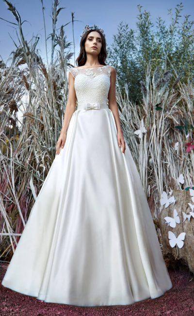 Стильное свадебное платье «принцесса» с атласной юбкой и кружевным верхом с вырезом бато.
