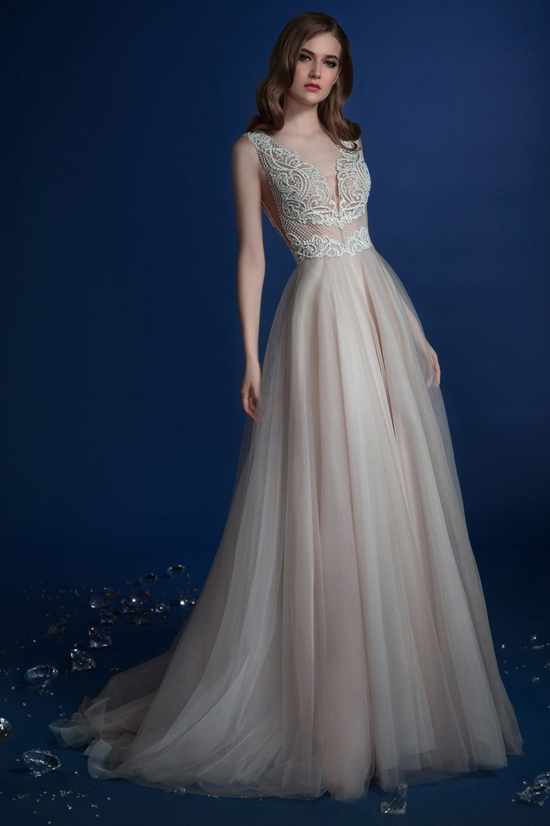 Бежевое свадебное платье с V-образным вырезом и белым кружевом на лифе.