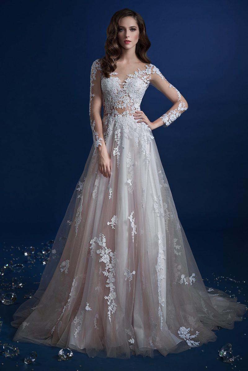 Кружевное свадебное платье «принцесса» с полупрозрачными рукавами.