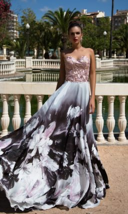 Открытое вечернее платье с крупным рисунком на юбке прямого кроя.