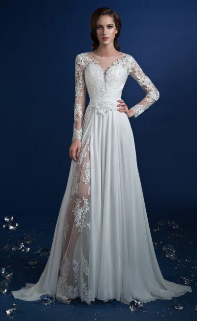 Необычное свадебное платье «принцесса» с кружевной вставкой сбоку на юбке.