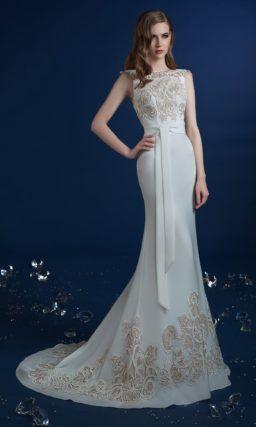 Свадебное платье «русалка» с закрытым лифом, декорированным аппликациями.
