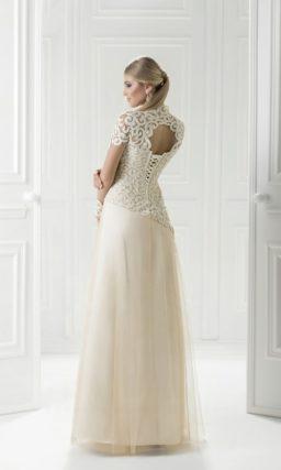 Длинное вечернее платье с эффектным декором крупным кружевом.