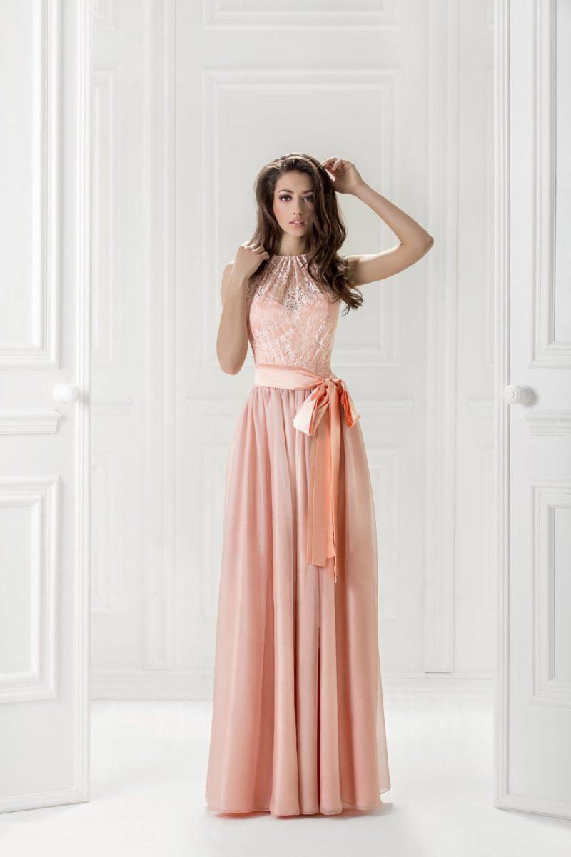 Прямое вечернее платье с романтичным поясом с бантом.