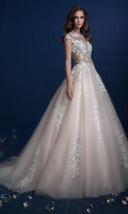 Пышное свадебное платье с закрытым полупрозрачным верхом с кружевом.