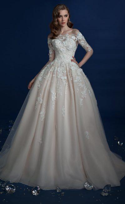 Свадебное платье цвета слоновой кости с фактурным кружевом.