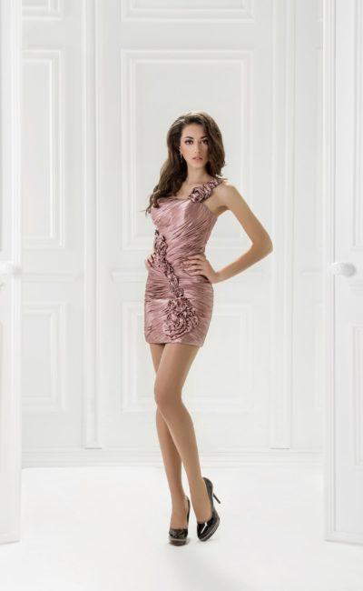 Короткое вечернее платье из плотной розовой ткани с драпировками.