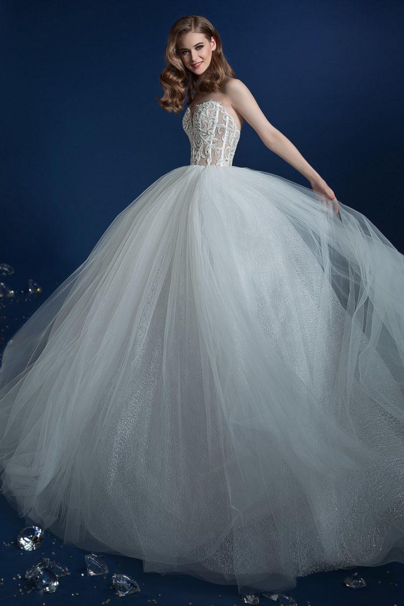Открытое свадебное платье с пышным подолом и корсетом из кружева.