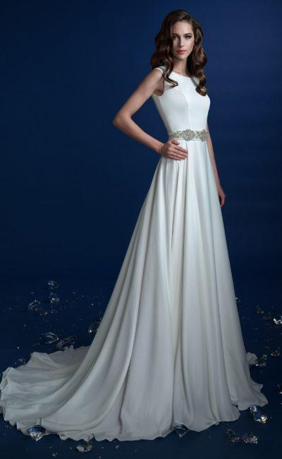 Прямое свадебное платье с длинным шлейфом и бисерным декором пояса.