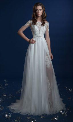 Прямое свадебное платье с закрытым верхом и тонкими вставками на юбке.