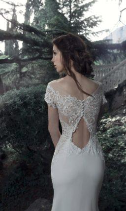 Чувственное свадебное платье «русалка» с глубоким вырезом в форме сердца.