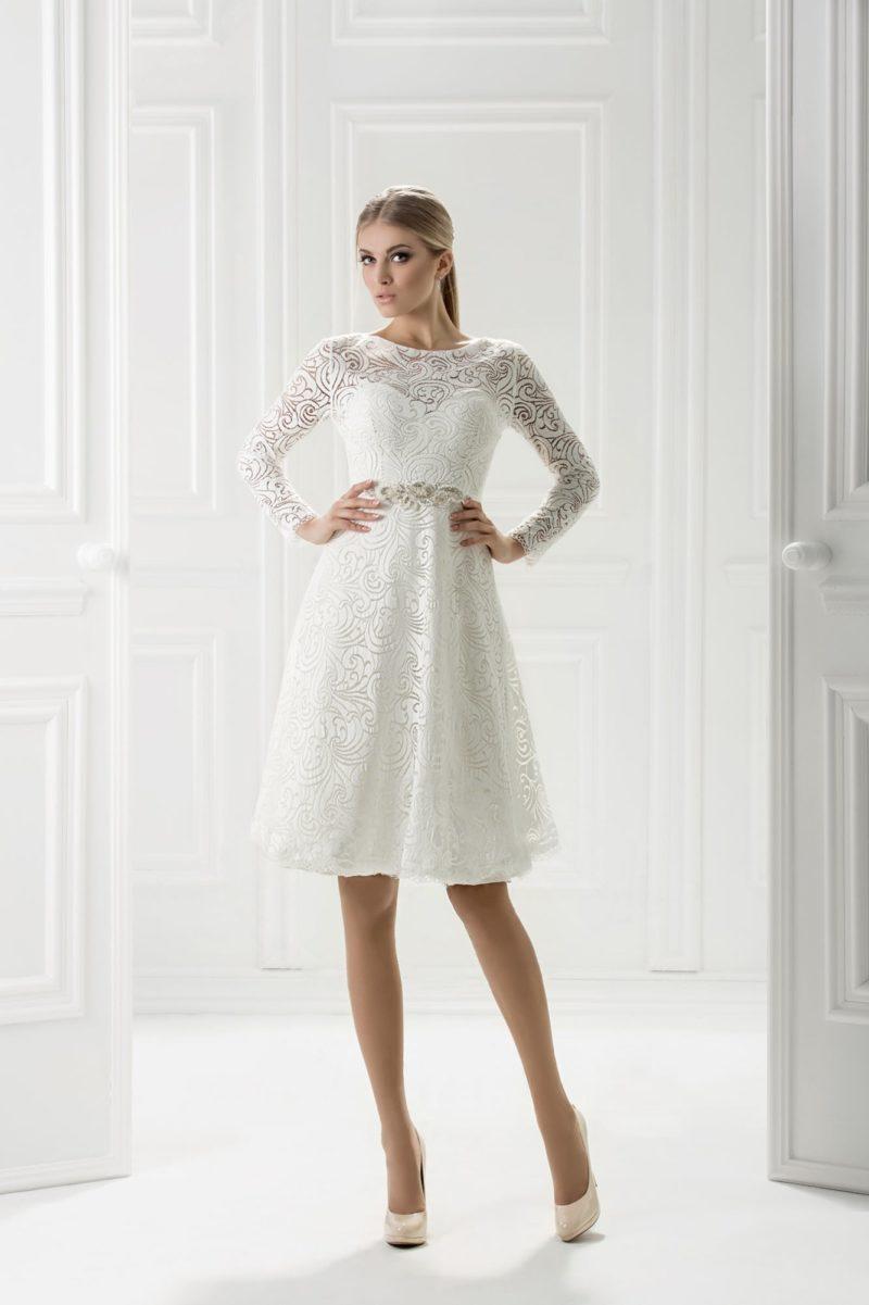 Короткое вечернее платье с кружевным декором и широким поясом.