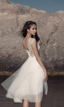 Короткое свадебное платье с элегантным кружевным верхом с широкими бретелями.