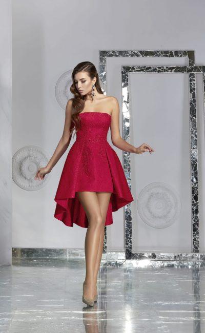 Малиновое вечернее платье с пышной короткой юбкой с укороченным подолом.