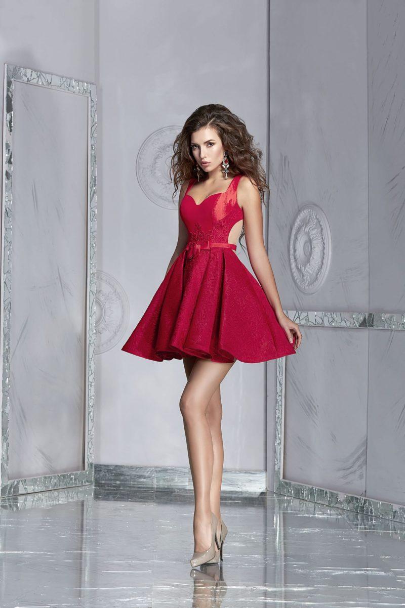 Алое вечернее платье с пышной юбкой длиной до середины бедра.