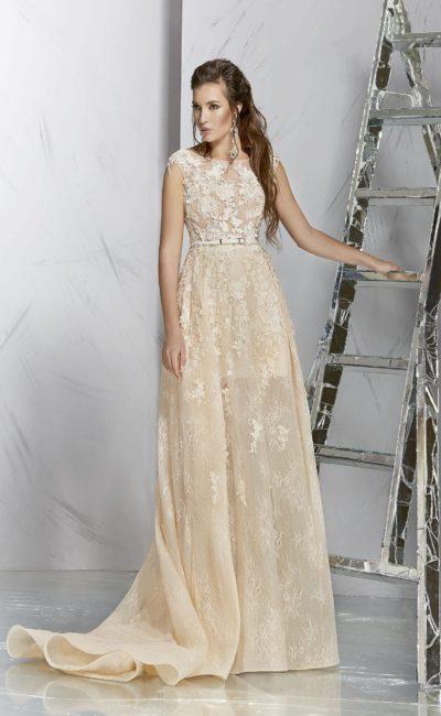 Бежевое вечернее платье с объемной отделкой закрытого лифа.