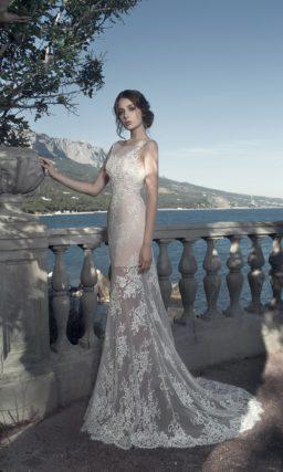 Кружевное свадебное платье с бежевой подкладкой и длинным шлейфом.