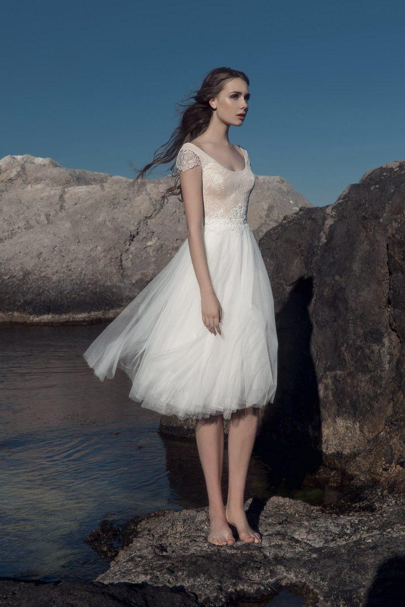 Короткое свадебное платье с бежевым кружевным верхом.