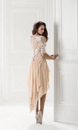 Короткое вечернее платье с длинным облегающим рукавом.