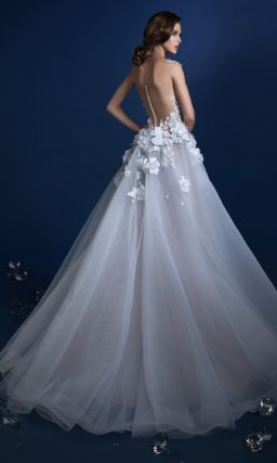 Пышное свадебное платье с полупрозрачным лифом, покрытым бутонами.