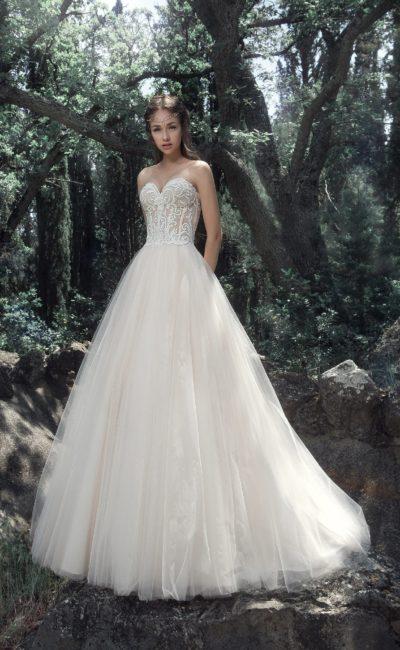 Открытое свадебное платье пышного кроя с лифом в форме сердца.