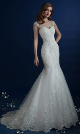 Эффектное свадебное платье «русалка», покрытое кружевом с абстрактным узором.