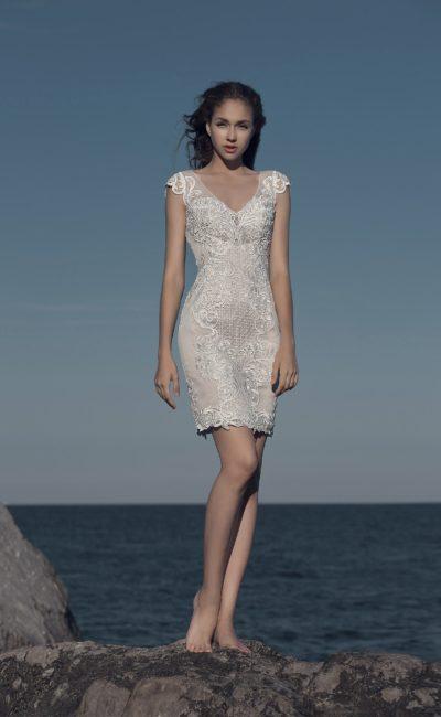 Бежевое свадебное платье облегающего кроя «футляр» до середины бедра.