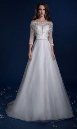 Свадебное платье А-силуэта с прямым портретным декольте и длинным рукавом.