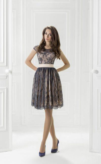 Вечернее платье с короткой пышной юбкой, украшенной кружевом.