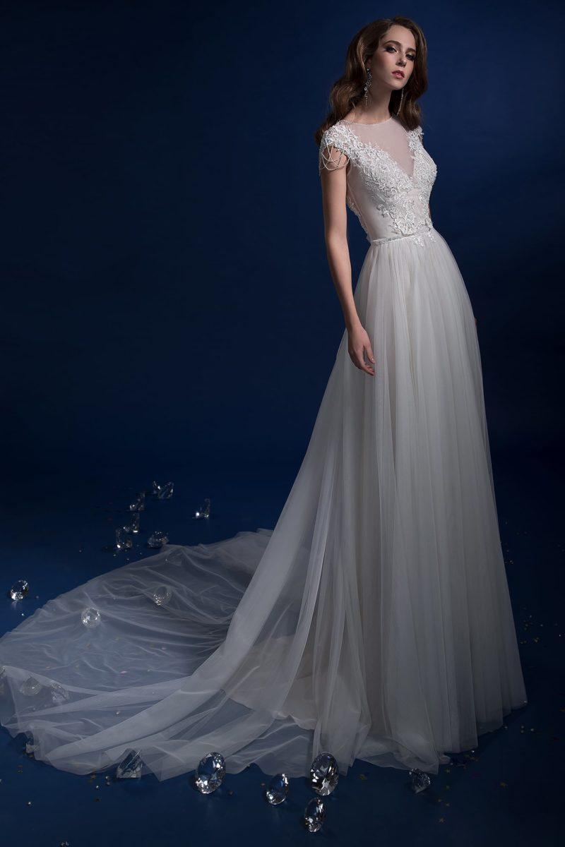 Прямое свадебное платье с длинным шлейфом, украшенное кружевом.