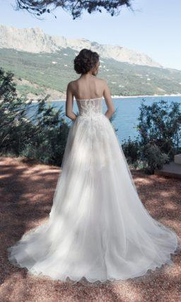 Открытое свадебное платье с кружевным корсетом и пышной юбкой.