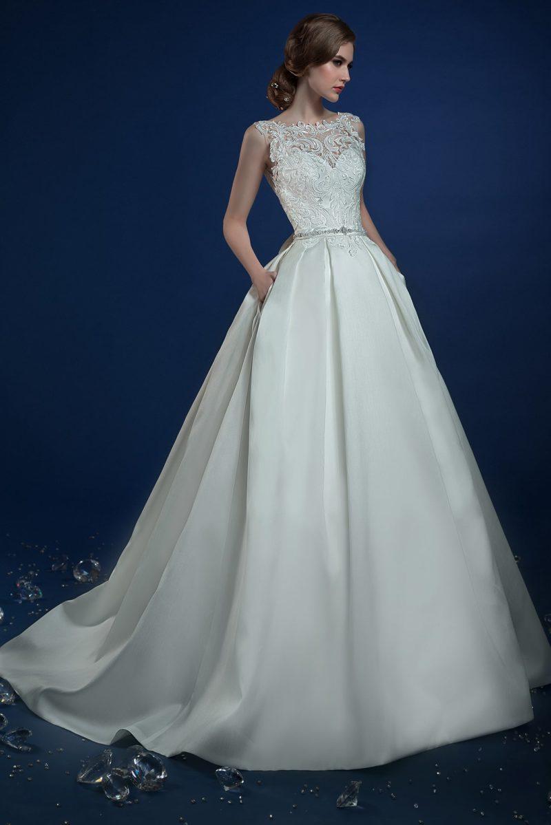 Пышное свадебное платье с кружевным верхом и скрытыми карманами.