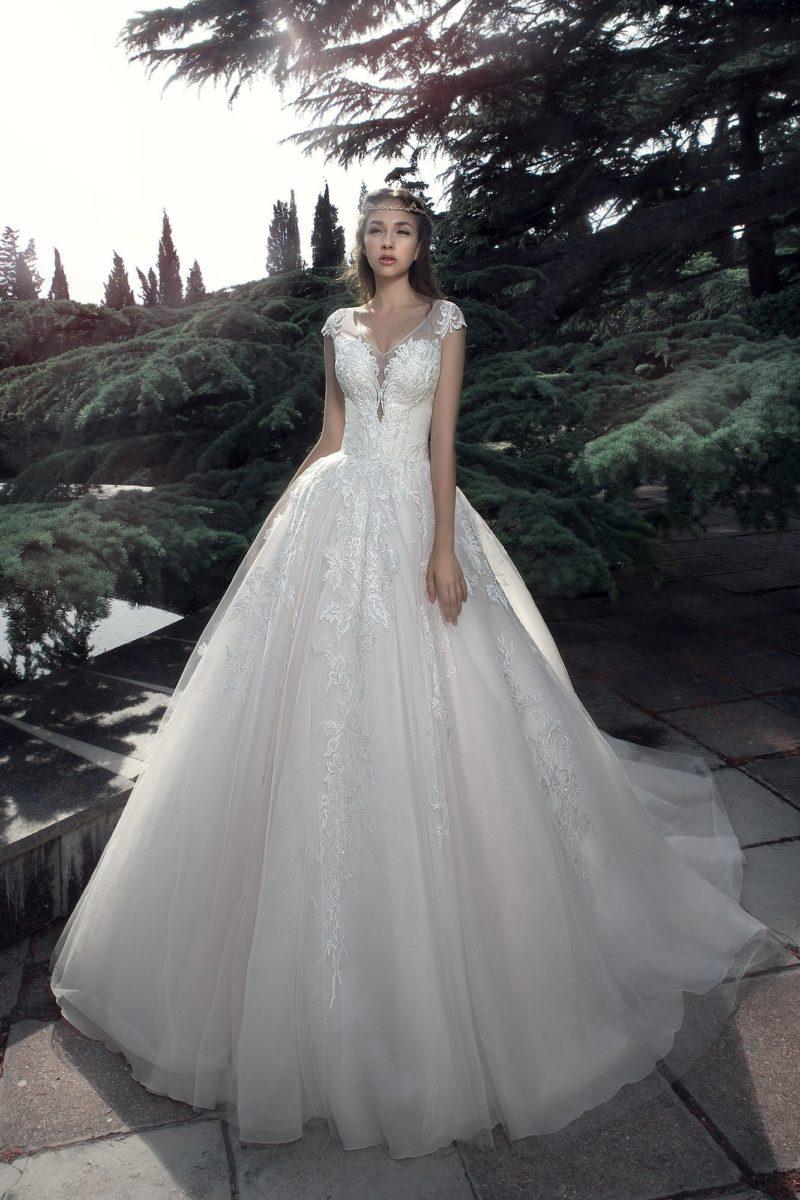 Роскошное свадебное платье пышного кроя с кружевным декором.