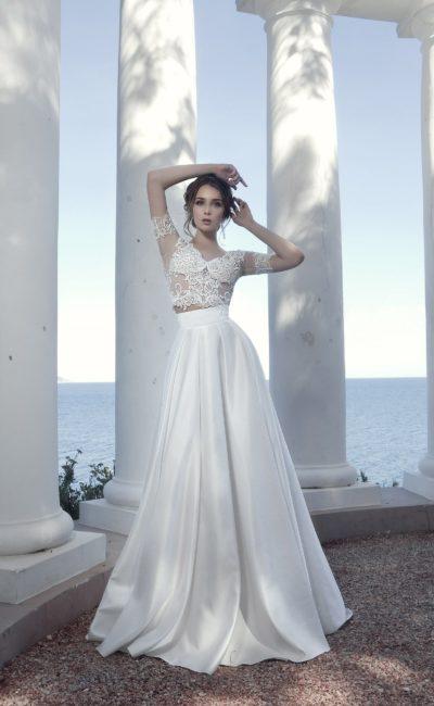 Атласное свадебное платье с укороченным кружевным топом.