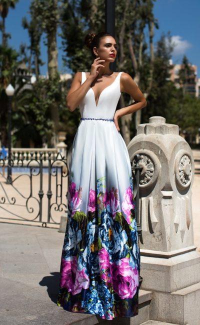 Красивое белое платье с цветами