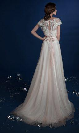 Прямое свадебное платье с нежным кружевом на закрытом лифе.