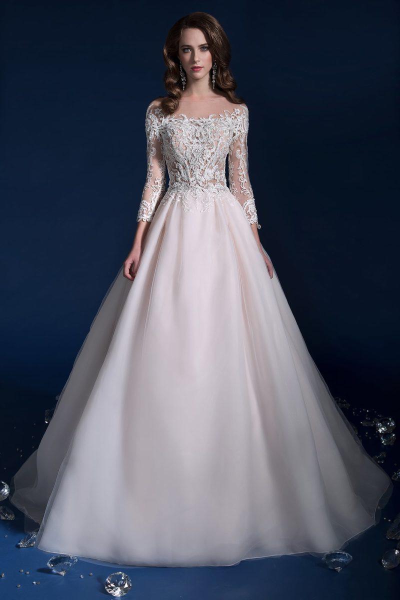 Эффектное свадебное платье с округлым декольте и длинным рукавом.