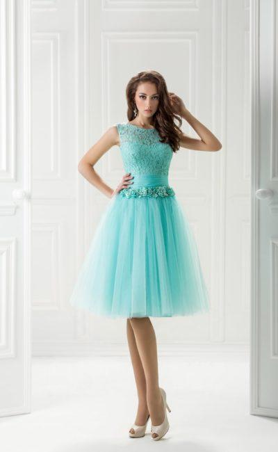 Голубое вечернее платье с объемным декором пояса и пышной юбкой.
